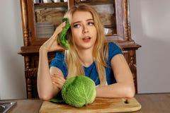 Blondynki dziewczyna w kuchni Obraz Stock