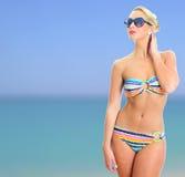 Blondynki dziewczyna w pasiastym bikini zdjęcia stock