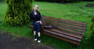 Blondynki dziewczyna w skórzanej kurtki obsiadaniu Obrazy Royalty Free