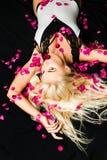 Blondynki dziewczyna z długim i błyszczącym falistym włosy Piękny model z mody fryzurą Modni ostrzyżenia obraz stock
