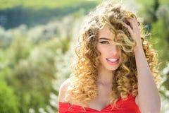 Blondynki dziewczyna z długim i kędzierzawym falistym włosy Piękny model z kędzierzawą fryzurą Mody ostrzyżenie Piękny atrakcyjny fotografia royalty free