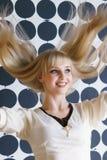 Blondynki dziewczyna z gęstym włosy przy piękno salonem fotografia stock