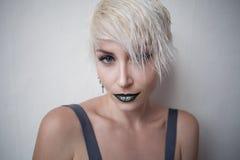 Blondynki dziewczyna z krótkim włosy pozuje modę Obrazy Royalty Free