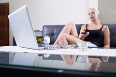 Blondynki dziewczyna z pilot do tv obraz stock