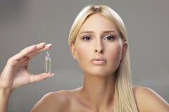 blondynki dziewczyny mienia buteleczka Obraz Royalty Free