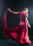 Blondynki dziewczyny mienia oblamowanie menchii suknia obraz stock
