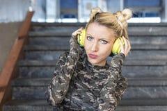 blondynki dziewczyny hełmofony fotografia stock