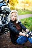 blondynki dziewczyny motorc obsiadanie Zdjęcia Stock
