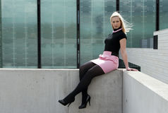 blondynki dziewczyny obsiadanie Zdjęcia Stock