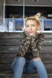 Blondynki dziewczyny obsiadanie na schodkach i uśmiechu fotografia royalty free