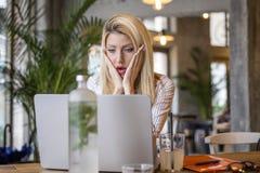 Blondynki dziewczyny obsiadanie przed komputerem obraz royalty free