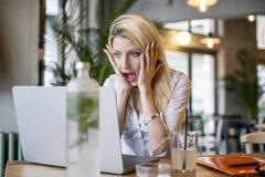Blondynki dziewczyny obsiadanie przed komputerem zdjęcia royalty free