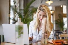 Blondynki dziewczyny obsiadanie przed komputerem obrazy royalty free