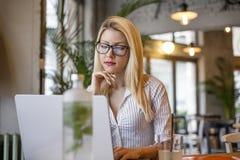 Blondynki dziewczyny obsiadanie przed komputerem fotografia royalty free