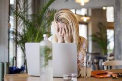 Blondynki dziewczyny obsiadanie przed komputerem zdjęcie royalty free