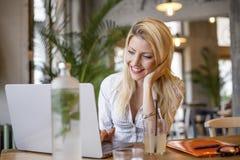 Blondynki dziewczyny obsiadanie przed komputerem obraz stock