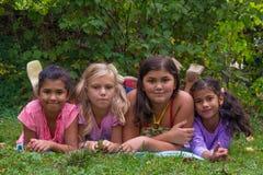 Blondynki dziewczyny odczucie zły w gypsy dzieciach rodzinnych z połówką - siostry Obraz Stock