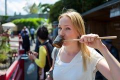 Blondynki dziewczyny pić zdjęcie royalty free