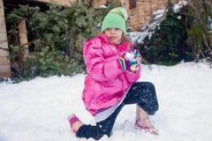 Blondynki dziewczyny pozycja na jeden kolanie z snowball Zdjęcia Royalty Free