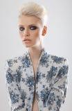blondynki eleganckich oczu dymiąca kobieta Zdjęcia Royalty Free