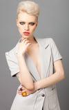 blondynki eleganckich oczu dymiąca kobieta Fotografia Royalty Free