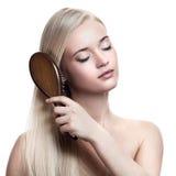 blondynki grzebieniowej włosianej kobiety cudowni potomstwa Zdjęcie Royalty Free