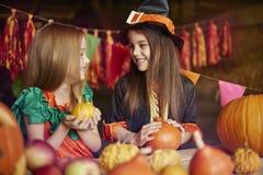 Blondynki i ciemnego włosy dziewczyny świętuje Halloween Obrazy Stock