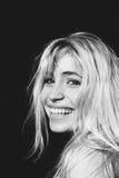 Blondynki kobieta śmia się, patrzejący kamerę w czarny i biały Obrazy Royalty Free