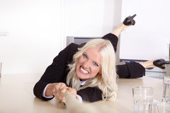 Blondynki kobieta ciągnie arkanę Zdjęcia Royalty Free
