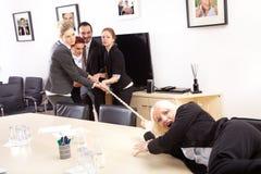 Blondynki kobieta ciągnie arkanę Fotografia Stock