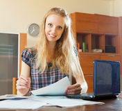 Blondynki kobieta czyta pieniężnego dokument Fotografia Stock