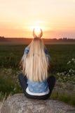 Blondynki kobieta dotyka słońce Obrazy Royalty Free