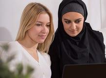 Blondynki kobieta i muzułmańska dziewczyna Zdjęcie Royalty Free