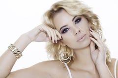 Blondynki kobieta jest ubranym biżuterię Obraz Stock