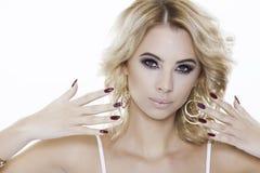 Blondynki kobieta jest ubranym biżuterię Fotografia Royalty Free