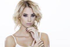Blondynki kobieta jest ubranym biżuterię Zdjęcia Stock