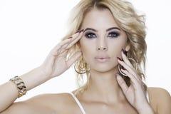 Blondynki kobieta jest ubranym biżuterię Zdjęcie Stock