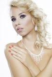 Blondynki kobieta jest ubranym biżuterię Obrazy Stock