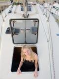 Blondynki kobieta learing żeglować w Chorwacja Zdjęcia Royalty Free