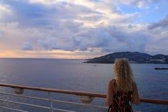 Blondynki kobieta od plecy i widoku St Maarten w morzu karaibskim f Fotografia Stock