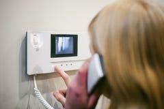 Blondynki kobieta odpowiada awiofonu wezwanie obrazy stock