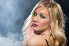 Blondynki kobieta patrzeje nad jej ramieniem Fotografia Stock