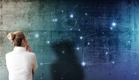 Blondynki kobieta patrzeje projekcję sieci struktura z rozjarzonymi guzkami na szorstkiej betonowej ścianie zdjęcie stock