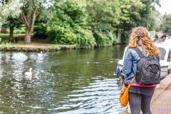 Blondynki kobieta podziwia spokój piękny jetty mała rzeka zdjęcia stock