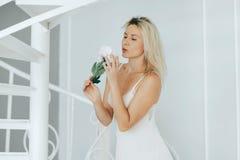 Blondynki kobieta pozuje w białej bieliźnie Obrazy Royalty Free