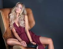 Blondynki kobieta pozuje w sukni Zdjęcia Royalty Free