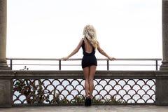 Blondynki kobieta pozuje z powrotem, seksowne nogi. Fotografia Royalty Free