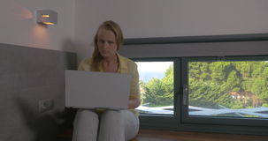 Blondynki kobieta pracuje na laptopie zbiory wideo