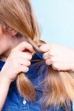 Blondynki kobieta robi warkocza warkoczowi Zdjęcia Royalty Free