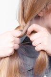 Blondynki kobieta robi warkocza warkoczowi Obraz Royalty Free